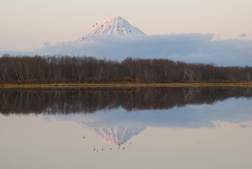 Kronotsky Volcano and lake Вершина вулкана Кроноцкая сопка отражается в вечернем озере
