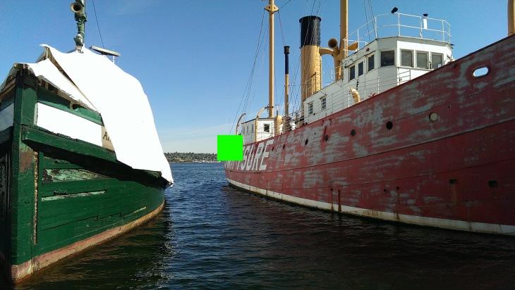 Выбор в качестве точки фокусировки средних тонов придал снимку наиболее сбалансированную экспозицию. Тем не менее, в этих условиях высокой контрастности мы все равно получили пересвеченные области на укрытии зелёной лодки.