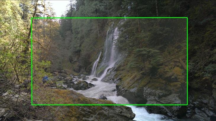 Изображение сначала обрезается, а потом обратно повышается до уровня 1080р. На изображении наглядно показана разница в кадрировании между обычным режимом и режимом HDR. Область, заключенная в зеленой рамке - режим HDR